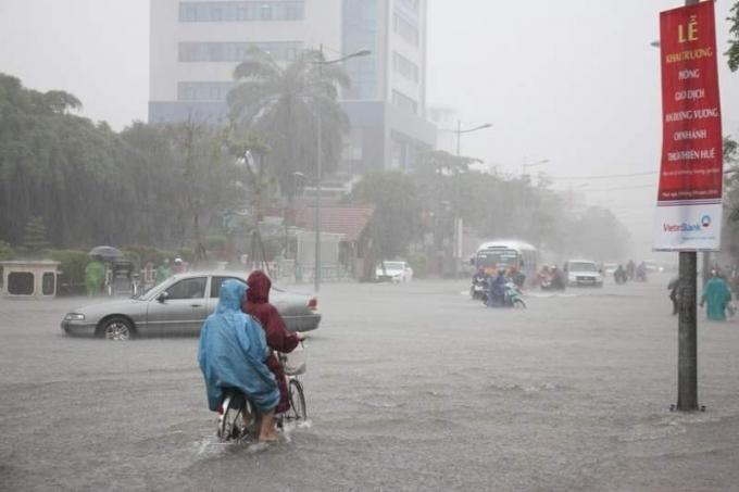Mưa lớn chiều 21/9 vừa qua khiến hầu hết các trục đường chính ở thành phố Huế điều bị ngập nước.