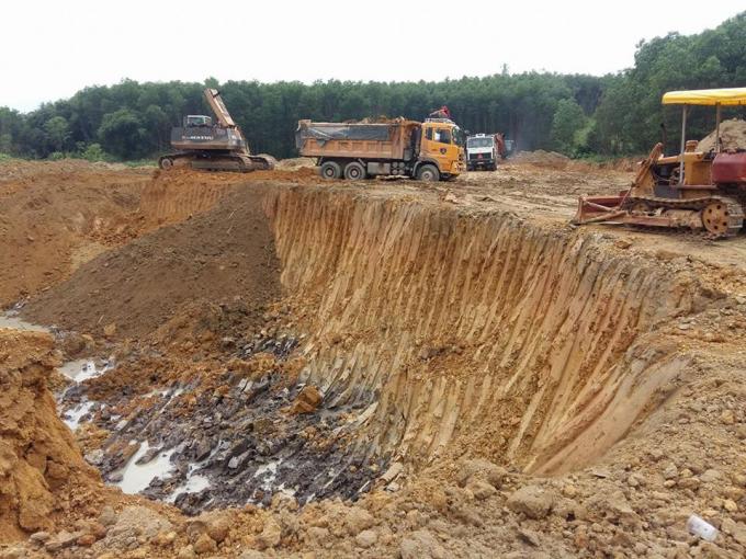 Hình ảnh những chiếc xe tải đang nhận đất để vận chuyển ra ngoài hiện trường. (Ảnh: đồng nghiệp cung cấp)