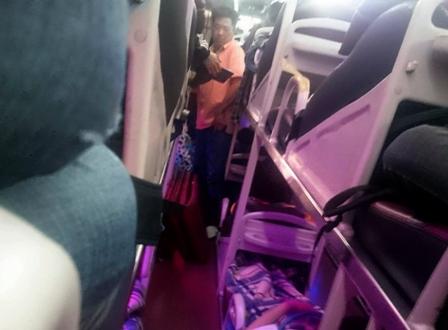 Nhân viên của hãng xe Hưng Thành yêu cầu hành khách phải ghi tên vào danh sách.