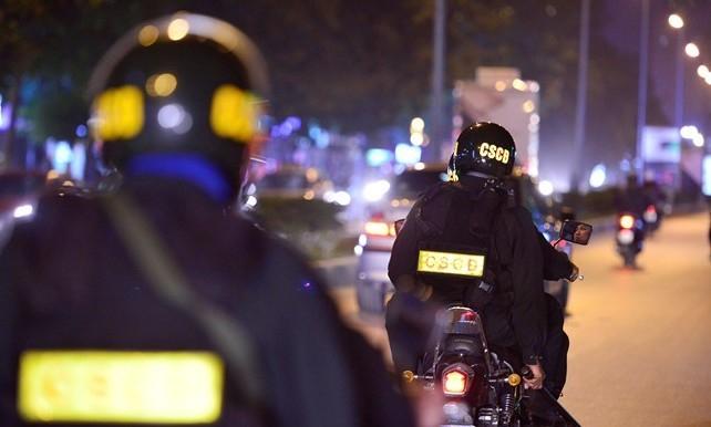Các chiến sĩ của lực lượng Phòng Cảnh sát Cơ động tỉnh Thừa Thiên Huế đem lại sự bình yên cho Cố đô Huế về đêm. (Ảnh: Zing.vn)