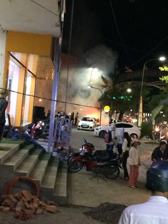 Vụ cháy khiến nhiều người chứng kiến hốt hoảng.