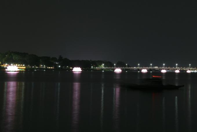 Điểm nhấn của Lễ Phật đản là 7 tòa sen lớn được đặt trên sông Hương, tượng trưng cho 7 bước chân Phật.