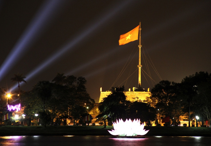 Tòa sen khổng lồ là điểm nhấn đầy ấn tượng trên sông Hương trong những ngày này.