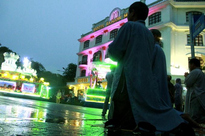 Nhiều Phật tử mặc kệ trời mưa nặng hạt, vẫn một lòng hướng Phật.