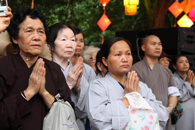 Hàng nghìn Phật tử đội mưa rước Phật đản ở Huế
