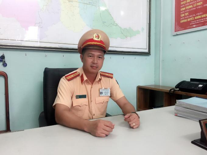 Thiếu tá Lữ Trọng Dương - Phó trạm CSGT Phú Lộc kể lại những phút giây của mình và đồng đội đối mặt với tội phạm. (Ảnh: Đăng Hậu)