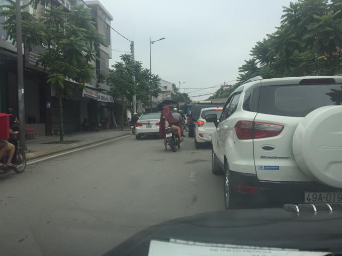 Các phương tiện giao thông lưu thông hướng cầu Nam Giao lên chùa Từ Đàm do theo thói quen đường một chiều nên lấn sang làn bên trái, dễ gây ra tai nạn cho các phương tiện lưu thông theo hướng ngược lại. (Ảnh: Đăng Hậu)