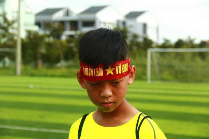 Một em bé là cổ động viên nhiệt tình của đội Thanh Hóa.