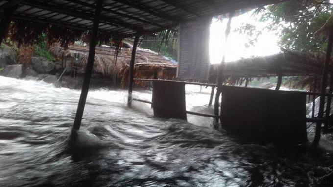 Các lều quán bị nước tràn vào(Ảnh: FB Trần Anh Khoa).