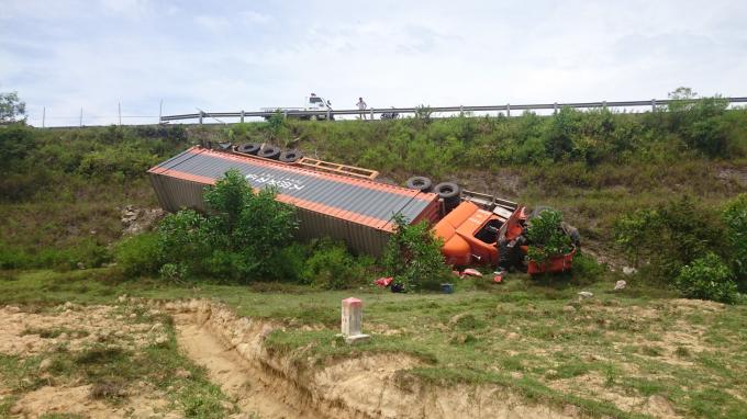 Hiện trường vụ xe container lao xuống vực trên tuyến quốc lộ 1A tránh TP Huế.