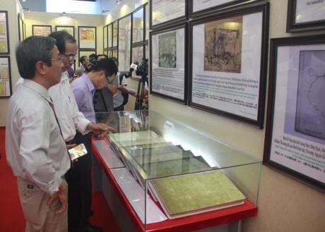 Những bằng chứng lịch sử và pháp lý khai mạc vào chiều 21/7 tại TP Huế thu hút đông đảo người xem. (Ảnh: AK)