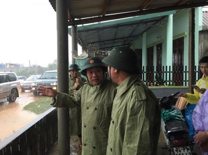 Bộ trưởng Trương Minh Tuấn cùng phó chủ tịch UBND tỉnh Quảng Trị thị sát khu vực cảng biển Cửa Tùng. (Ảnh: Plo.vn)