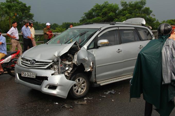 Chiếc xe đi giữa bị nát một bên đầu do đâm vào đuôi xe phía trước.