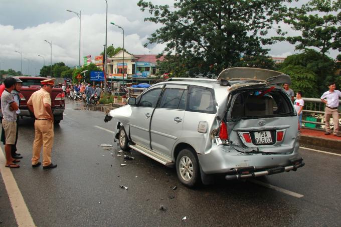 Chiếc xe đi giữa hư hỏng nặng cả trước và sau nhưng tài xế may mắn chỉ bị thương nhẹ.