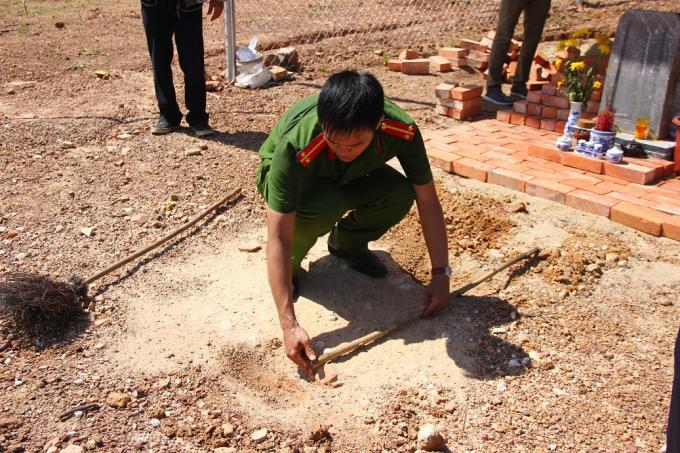 Công an tiến hành đo đạc các dấu tích của khu lăng mộ.