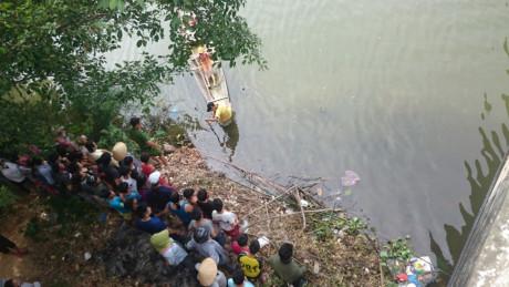 Nhiều người dân theo dõi sự việc ở gầm cầu.