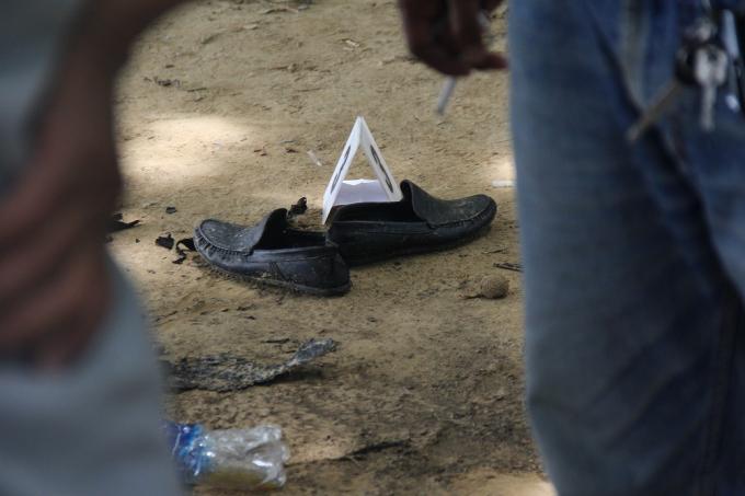 Đôi giày của nạn nhân để lại.