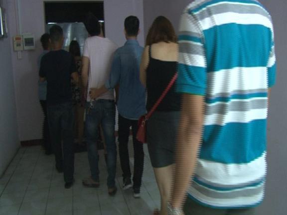 Các đối tượng mua bán dâm tại cơ sở massage 25 Phan Đình Phùng, TP Huế bị Công an bắt quả tang.