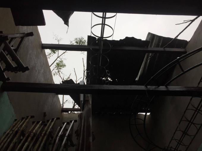 Nhiều nhà của người dân bị hư hỏng nặng.