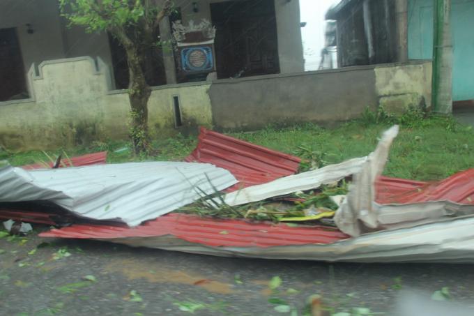 Nhiều mái tôn nhà dân bị gió thôi bay.