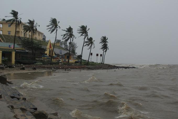 Hiện tại biển cửa Tùng gió giật mạnh, biển động dữ dội.