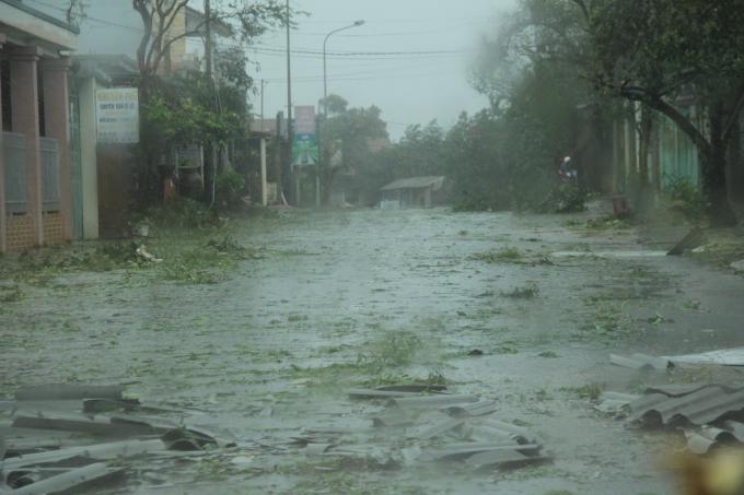 Những thông tin mới nhất về bão số 10: Tháp truyền hình Thị xã Kỳ Anh, Hà Tĩnh đã đổ sập