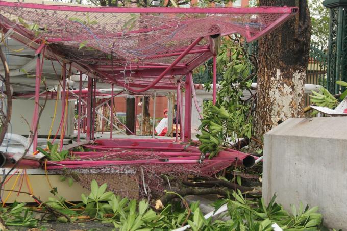 Hai cổng chào trang trí lớn tại trung tâm TP Đồng hới bị đổ sập.