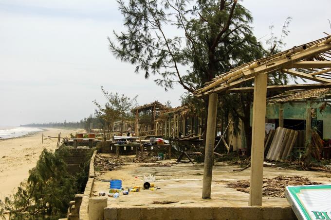 Ngôi làng ven biển xã Quảng Thọ (Quảng Bình) tan hoang sau vài giờ bị bão đổ bộ.