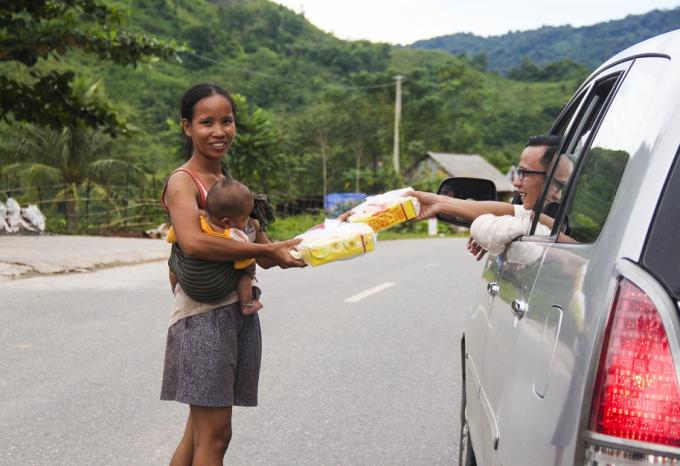 Đoàn dừng trao quà dọc đường đi cho những cháu nhỏ.