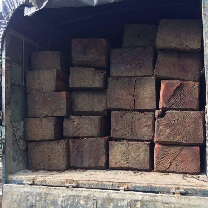 """Một chiếc xe tải chở 20 hộp gỗ """"lậu"""" bị lực lượng CSGT tỉnh TT Huế phát hiện trước đó."""
