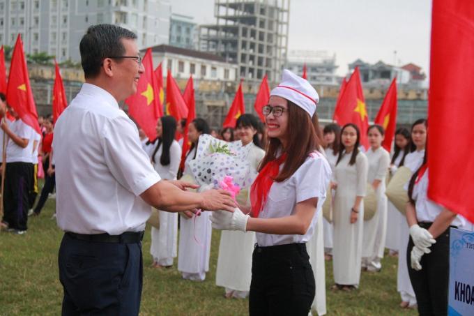 Các đoàn vận động viên nhận hoa lưu niệm từ các Đại biểu.
