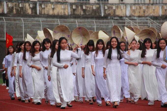Phần thi diễu hành của khoa Ngữ Văn - Đại học Sư phạm Huế.
