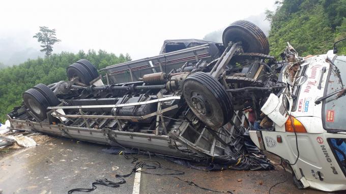 Chiếc xe tải lật ngửa bụng, bị hư hỏng nặng. (Ảnh: Nguyễn Duy)