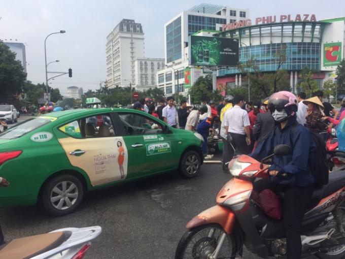 Huế: Taxi Mai Linh tông xe máy, cô gái trẻ bị hất lên rồi rơi xuống đất bất tỉnh