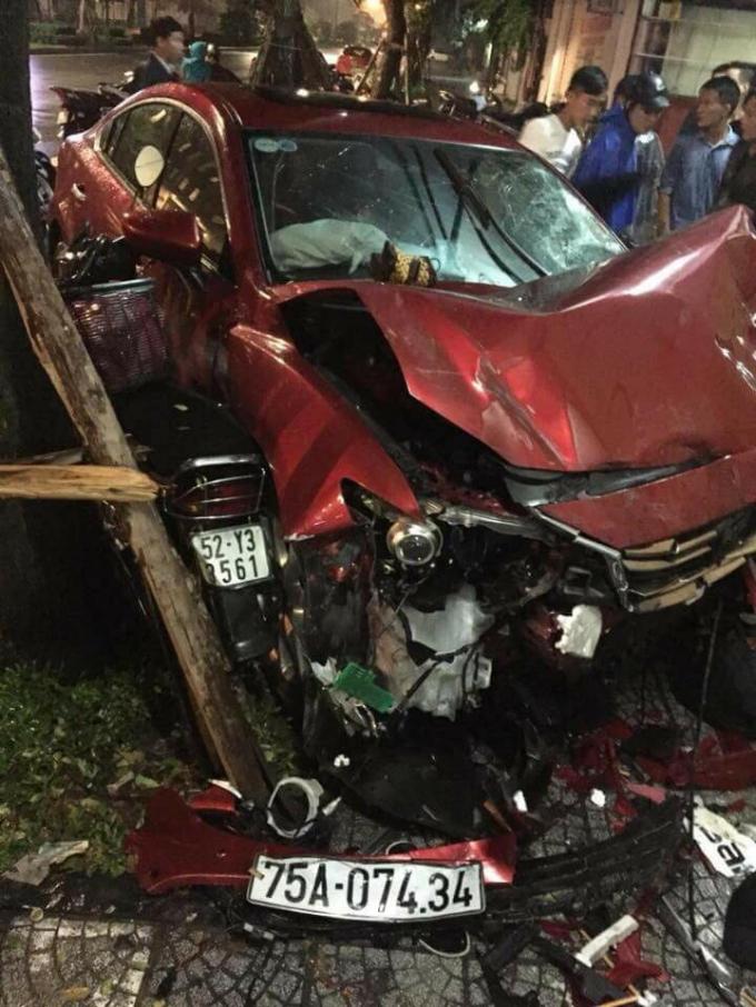 """Nơi chiếc xe ô tô đã """"lướt"""" qua có nhiều xe máy bị """"quật ngã"""" và nhiều tài sản khác hư hỏng (Ảnh: FB)"""