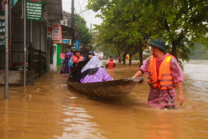 Lực lượng chức năng địa phương giúp người dân sơ tán.