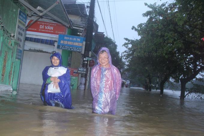 Nhiều người dân nhanh chóng di dời khỏi nhà vì nước ngập sâu.