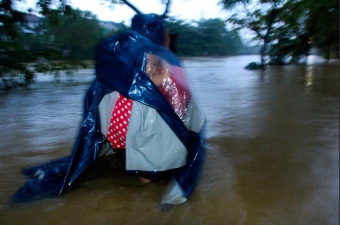 Tại tuyến đường Đặng Văn Ngữ, nước nước sông An Cựu tràn qua khiến nước chảy rất xiết.