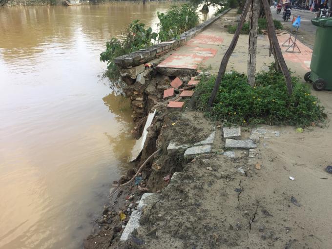 Bờ kè sông Đông Ba bị sạt lở, vỡ toác.