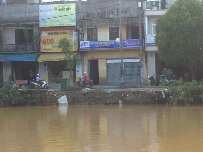 Khu vực bờ kè sông Đông Ba hiện đang bị hư hỏng thuộc phía tuyến đường Huỳnh Thúc Kháng.