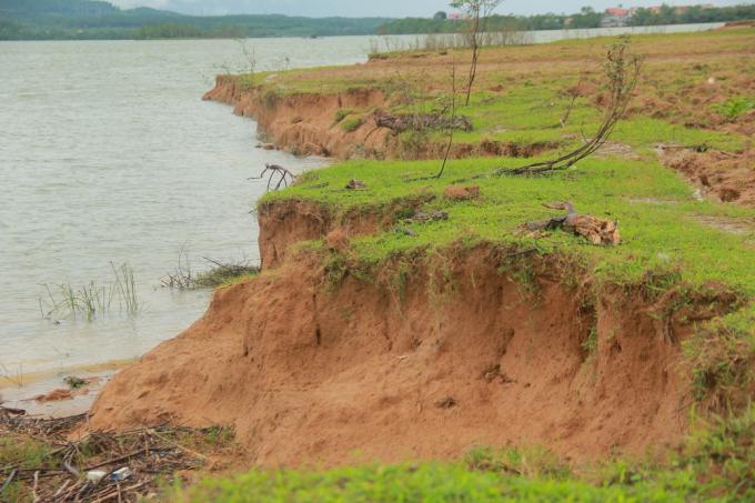 Mỗi năm đất canh tác của người dân bị thu hẹp từ 6 - 8 mét.