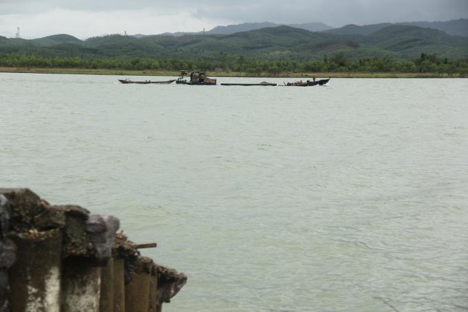 Mỗi ngày có hàng chục chiếc thuyền khai thác cát trái phép trên sông Long Đại.