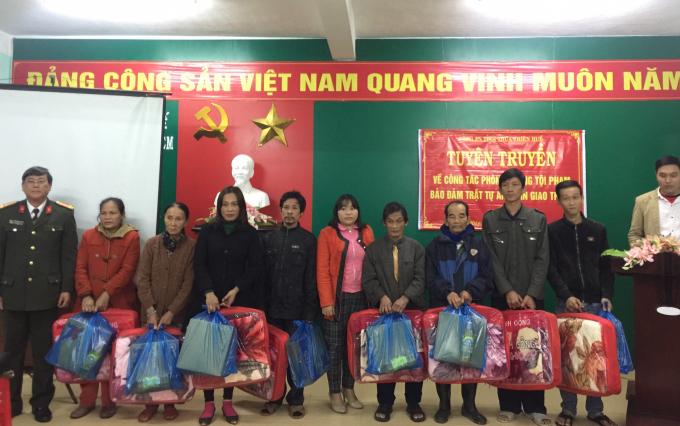 Nhiều phần quà được đại diện lãnh đạoPhòng xây dựng phong trào toàn dân bảo vệ an ninh tổ quốc (PV28) thuộc Công an tỉnh Thừa Thiên Huế, cùng với đại diện lãnh đạo phường Phú Hiệp trao đến những người dân có hoàn cảnh khó khăn trên địa bàn phường.