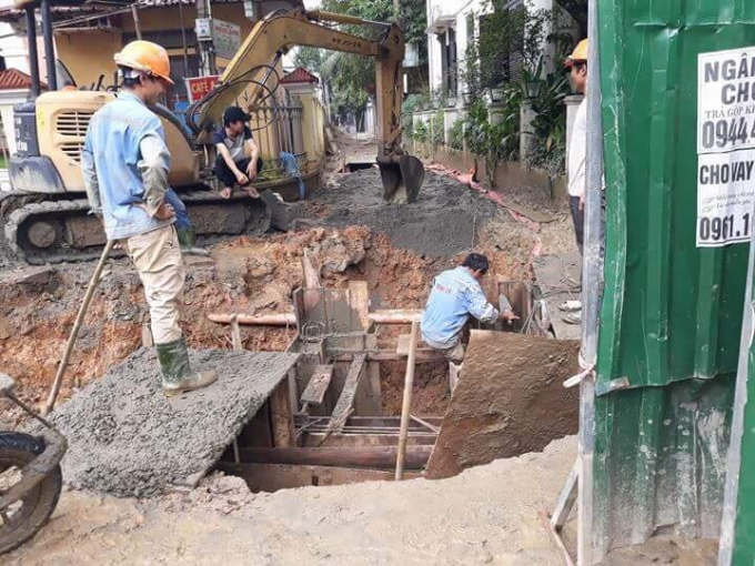 Thi công ngay giữa lối ra vào Kiệt ảnh hưởng tới sinh hoạt và cuộc sống của người dân.