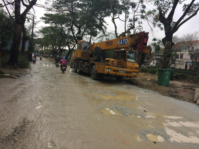 Cận cảnh con đường lầy lội Phan Đình Phùng.