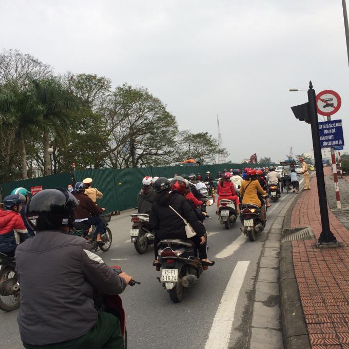 Lực lượng Cảnh sát Giao thông hỗ trợ cho việc di chuyển không gây ùn tắt (Ảnh: Thu Hiền)