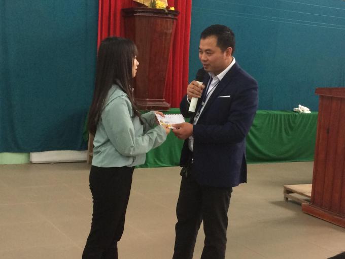 Trưởng VP tại Huế tặng phần thưởng cho học sinh có câu trả lời đúng về những nét văn hóa của Nhật Bản