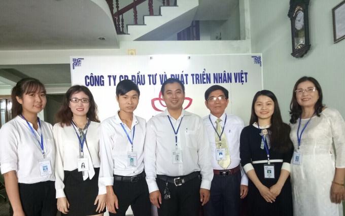 Tập thể cán bộ, nhân viêncông ty cổ phần Đầu tư và Phát triển Nhân Việt tại văn phòng đại diện tỉnh Thừa Thiên Huế.