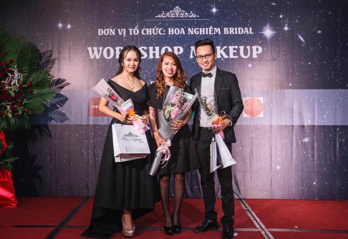 Workshop là buổi gặp gỡ, chia sẻ, giao lưu giữa chuyên viên make up Đặng Thái Bảo Ngọc (người giữa) với cộng đồng yêu thích mỹ phẩm...