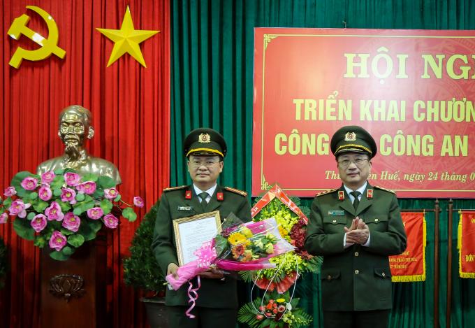 Trung tá Nguyễn Thanh Tuấn (bên trái) được bổ nhiệm giữ chức Phó Giám đốc Công an tỉnh TT.Huế.